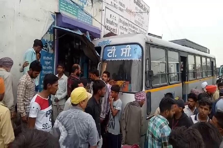 पंजाब के मोगा जिले के सिंघावाल हलक में पंजाब रोडवेज की एक बेकाबू बस दुकान में जा घुसी. हादसे में एक व्यक्ति की मौत हो गई जबकि 5 लोग घायल हो गए.
