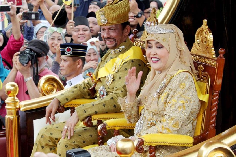 <strong>ब्रूनेईः</strong> 14वीं सदी से ब्रुनेई के शासक सुल्तान परिवार के लोग हैं. हालांकि ब्रुनेई मार्डन है और यहां लोगों को काफी फ्रीडम हासिल है. दुनिया में ये ऐसा देश है जहां राजशाही अबाध रूप से जारी है. मौजूदा सुल्तान यहां सरकार चलाने के लिए नेताओं की नियुक्ति करते हैं. सुल्तान ही धार्मिक से लेकर कानूनी संस्थाओं में लोगों को पद पर बिठाते हैं. ब्रुनेई के सुल्तान को सोने की चीजें बहुत पसंद हैं.