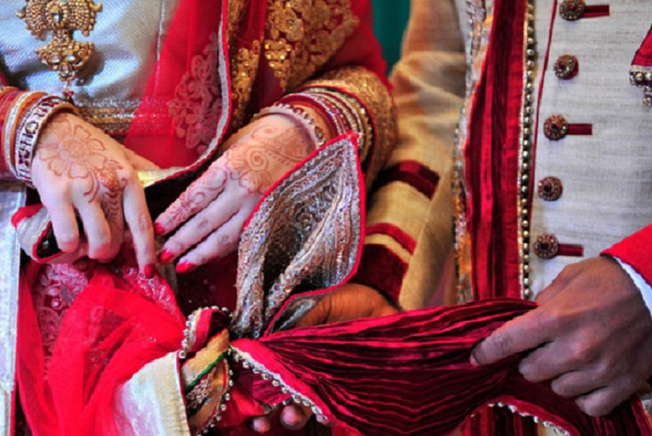 आमतौर पर अगर भारतीय लड़के और चीनी लड़कियों में शादी हो रही होती है तो ये दोनों तरीके से की जाती है. यानि भारतीय पद्धति से भी और फिर परंपरागत चीनी तरीके से भी.