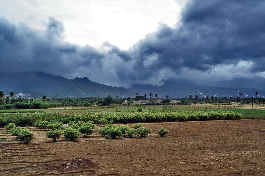 यह भारत में लगातार तीसरे साल बेहतर मानसून होगा. इस साल देश में साउथ-वेस्ट मानसून सामान्य रहने की उम्मीद है. पूरे सीजन में 97 फीसदी बारिश हो सकती है. मौसम विभाग ने कहा है कि अन-नीनो का खतरा कम हो गया है.