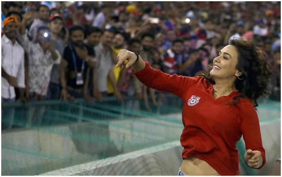 जीत के बाद प्रीति ने ग्राउंड में जाकर अपने फैन्स का शुक्रिया अदा किया.