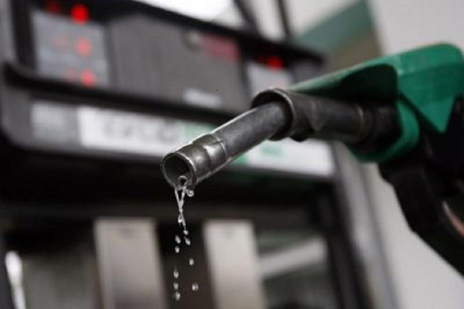 पेट्रोल के दाम चार साल की ऊंचाई पर पहुंच गए हैं. दिल्ली में पेट्रोल 73.73 रुपये प्रति लीटर हो गया है, जो 14 सितंबर, 2014 के बाद की सबसे अधिक कीमत है, जब पेट्रोल 76.06 रुपए प्रति लीटर पर था. पेट्रोलियम उत्पादक मुल्कों (ओपेक) द्वारा क्रूड ऑयल का उत्पादन बढ़ाने-घटाने के साथ ही केंद्र और राज्य सरकारों द्वारा एक्साइज और वैट की दरों में इजाफा या कटौती से भी पेट्रोलियम उत्पादों की कीमतें प्रभावित होती हैं. आज हम आपको बता रहे हैं कि किन देशों में सबसे सस्ता और कहां सबसे महंगा पेट्रोल मिलता है. हमारे पड़ोसी मुल्क पाकिस्तान में भारत की तुलना में 24 रुपए सस्ता है पेट्रोल.