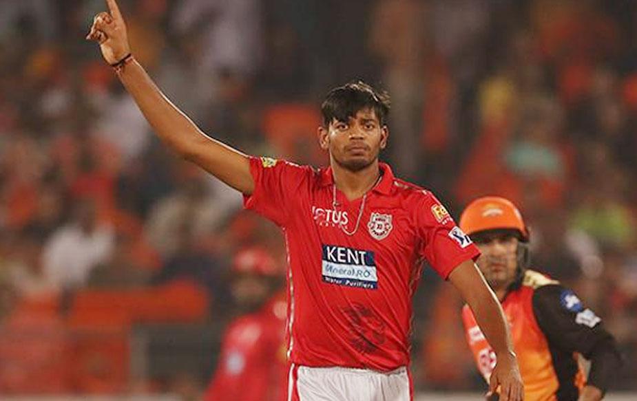 कानपुर के इस युवा तेज़ गेंदबाज़ ने पहले स्पैल में तीन और आखिरी ओवर में दो विकेट लेकर मेज़बान बल्लेबाज़ी को तहस नहस कर दिया. सनराइज़र्स के लिए मनीष पांडे ने 51 गेंद में 54 रन बनाए जबकि शाकिब अल हसन ने 28 और युसूफ पठान ने नाबाद 21 रन जोड़े. (BCCI)