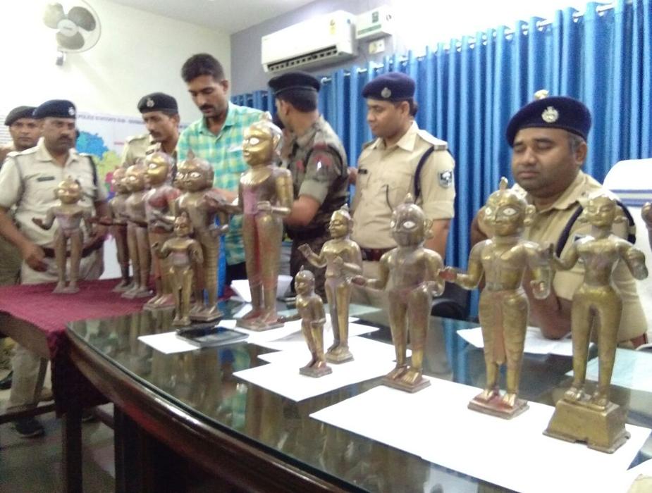 समस्तीपुर पुलिस कप्तान दीपक रंजन के द्वारा सदर डीएसपी मो तनवीर के नेतृत्व में सात सदस्यीय स्पेशल टीम का गठन किया गया. इस टीम में सदर डीएसपी के साथ इंस्पेक्टर हरिनारायण सिंह, सरायरंजन थानाध्यक्ष अमित कुमार, कल्याणपुर थानाध्यक्ष मधुरेन्द्र किशोर, डीआईयू के शिव कुमार पासवान,और बंगरा थानाध्यक्ष को शामिल किया गया. (बरामद मूर्तियां)