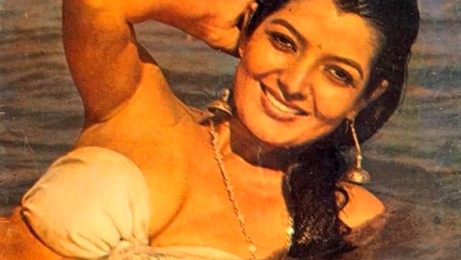 सोनू वालिया 80 के दशक के अंत में एक बी ग्रेड फिल्म आकर्षण में उस समय के हिसाब से काफी बोल्ड अवतार में नज़र आयी थीं. इस फिल्म को तो सफलता नहीं मिली थी लेकिन वह बॉलीवुड के कुछ फिल्मकारों की नज़र में ज़रूर आयीं और फिर उन्हें कुछ मेनस्ट्रीम फिल्में मिलीं.