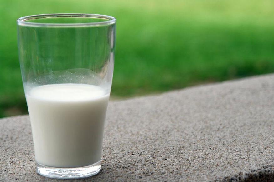 लेकिन दूध के साथ हम क्या खा रहे हैं ये भी मायने रखता है. जो चीजें दूध के साथ ली जा रही हैं वे हमारे शरीर पर क्या असर कर रही हैं ये जानना महत्वपूर्ण होता है. आज हम आपको बताने जा रहे हैं कि दूध के साथ आपको किन चीजों का सेवन नहीं करना चाहिए.