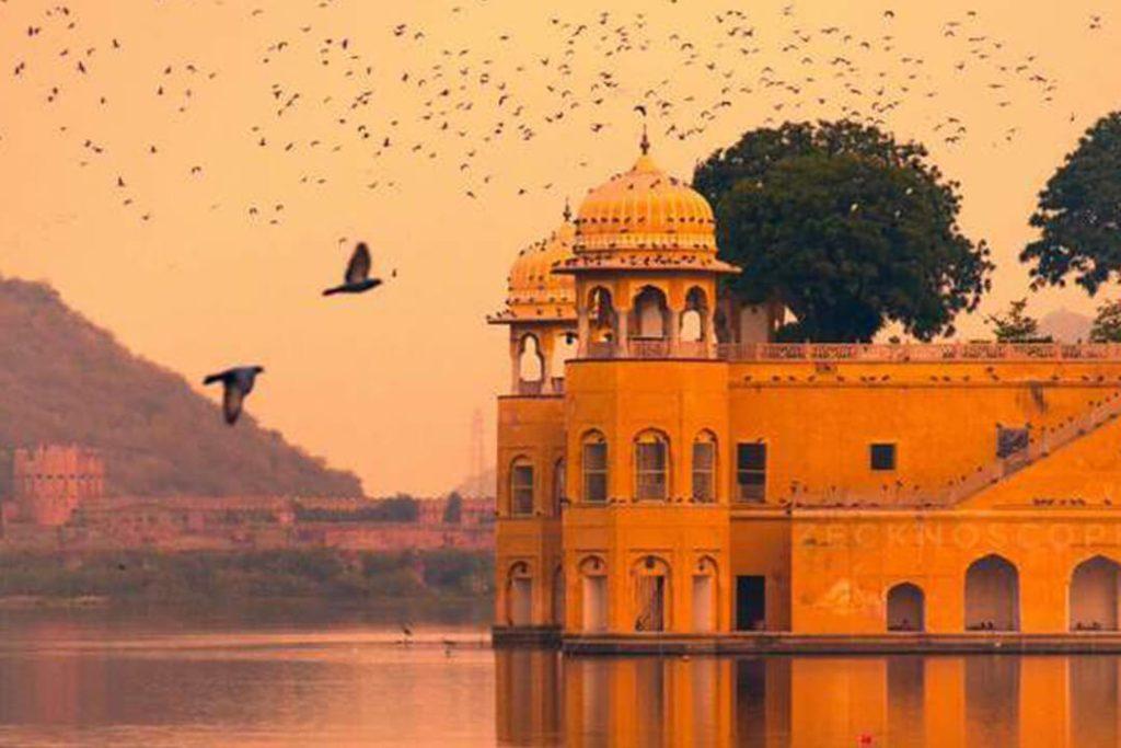 जयपुर: दूरी (दिल्ली से) लगभग 300 किमी. बस - 250 रुपए से शुरू ट्रेन- 150 रुपए से शुरू. यहां बजट होटल की शुरुआत 500 रुपए प्रति नाइट से शुरू होती है. जबकि किसी छोटे रेस्टोरेंट में एक व्यक्ति के खाने का खर्च 100-200 रुपए तक आएगा. यहां घूमने के लिए आप सिटी बस ले सकते हैं, जिसका किराया 200 रुपए प्रति व्यक्ति है. यहां कई हिस्टोरिकल लोकेशन हैं जहां दिनभर घूमा जा सकता है.
