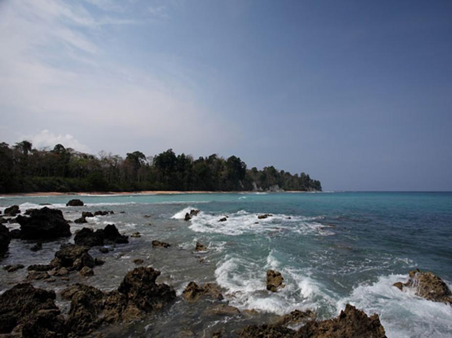 अंडमान निकोबार को जारवा, आंगे, सेंटलिस और सेम्पियन आदि प्रजाति का द्वीप माना जाता है. ये आदिवासी यहां के निवासी माने जाते हैं, जो सदियों पहले अफ्रीका से माइग्रेट होकर अंडमान पहुंचे.