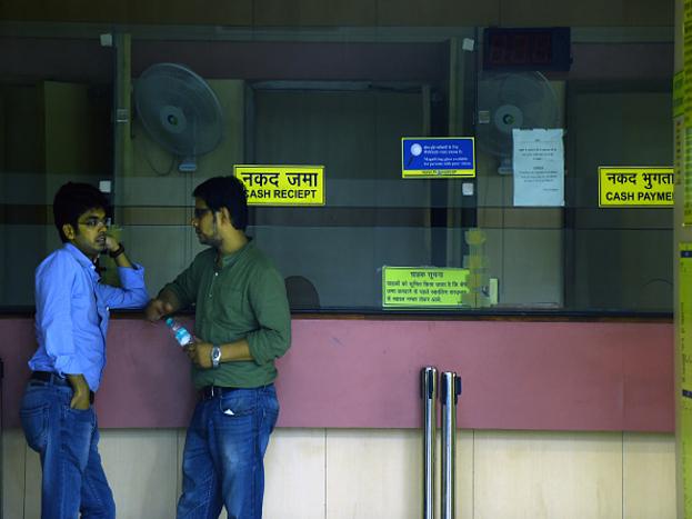 बैठक में इलाहाबाद बैंक, यूनाइटेड बैंक ऑफ इंडिया, कॉरपोरेशन बैंक, आईडीबीआई बैंक, यूको बैंक, बैंक ऑफ इंडिया, सेंट्रल बैंक ऑफ इंडिया, इंडियन ओवरसीज बैंक, ओरिएंटल बैंक ऑफ कॉमर्स, देना बैंक और बैंक ऑफ महाराष्ट्र शामिल होंगे. अगली स्लाइड में जानिए इन बैंकों पर आरबीआई ने क्या रोक लगाई...