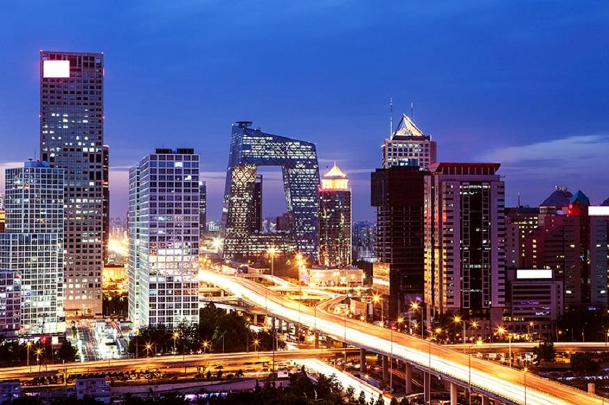 चीन की राजधानी बीजिंग में 2017 में 6700 करोड़ रुपए या उससे अधिक सम्पत्ति वाले अमीरों की संख्या 94 हो गई. हालांकि 2016 की तुलना में यह संख्या 6 कम है. इसके बावजूद यह शहर अमीरों का सबसे बड़ा ठिकाना बना हुआ है.यह तस्वीर बीजिंग की है.