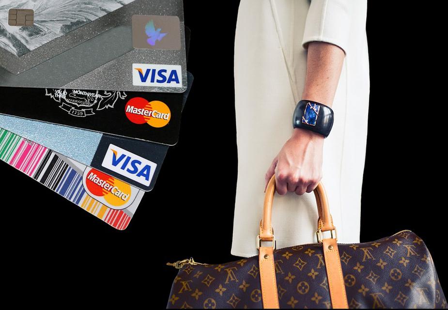 જ્યારે કાર્ડ ખોવાઇ જાય કે હેક થાય છે, ત્યારે પહેલા તેને બ્લૉક કરો અને તેની જાણકારી બેંકમાં આપો. બેંકના કસ્ટમર કેર નંબર પર ફોન કરીને તાત્કાલીક તમારા કાર્ડની સેવાઓને બંધ કરાવી નાખો.