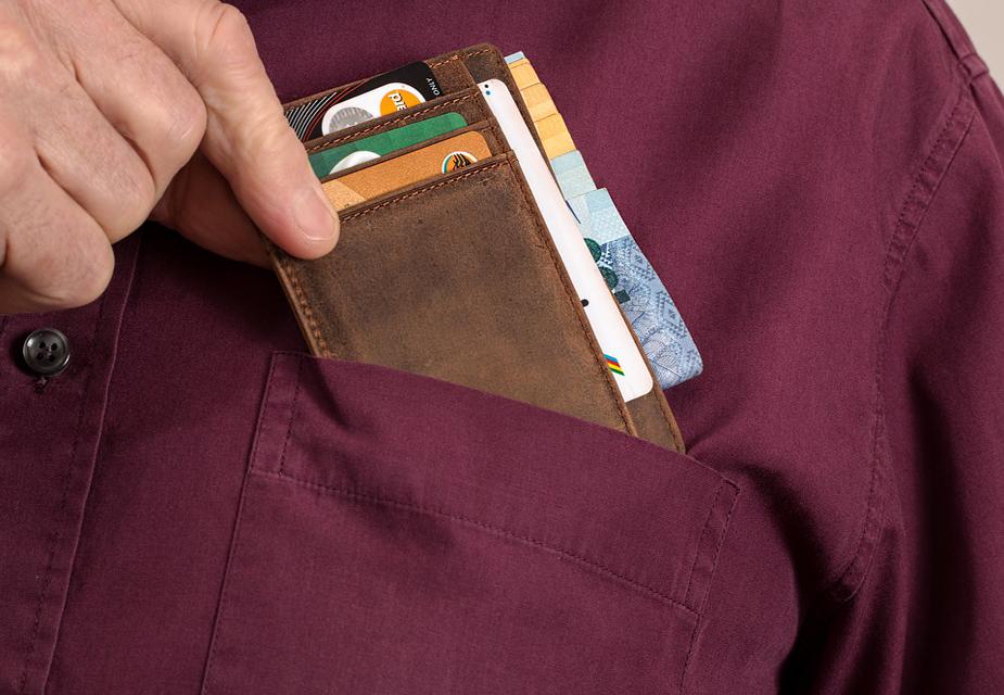 फिशिंग में साइबर क्रिमिनल, कार्ड धारक के बैंक की ईमेल आईडी से मिलती-जुलती एक फर्जी ई-मेल आईडी तैयार करते हैं. उस फर्जी ई-मेल आईडी को कस्टमर को भेजकर सीक्रेट डेटा मंगाते हैं.