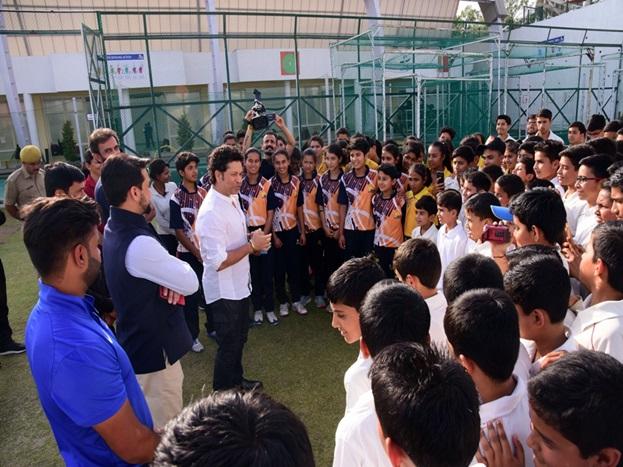 वीरवार को सचिन ने हिमाचल प्रदेश क्रिक्रेट एसोशिएसन की अकादमी में खिलाड़ियों को टिप्स भी दिए. सचिन के बेटे अर्जुन तेंदुलकर भी धर्मशाला में मौजूद हैं.