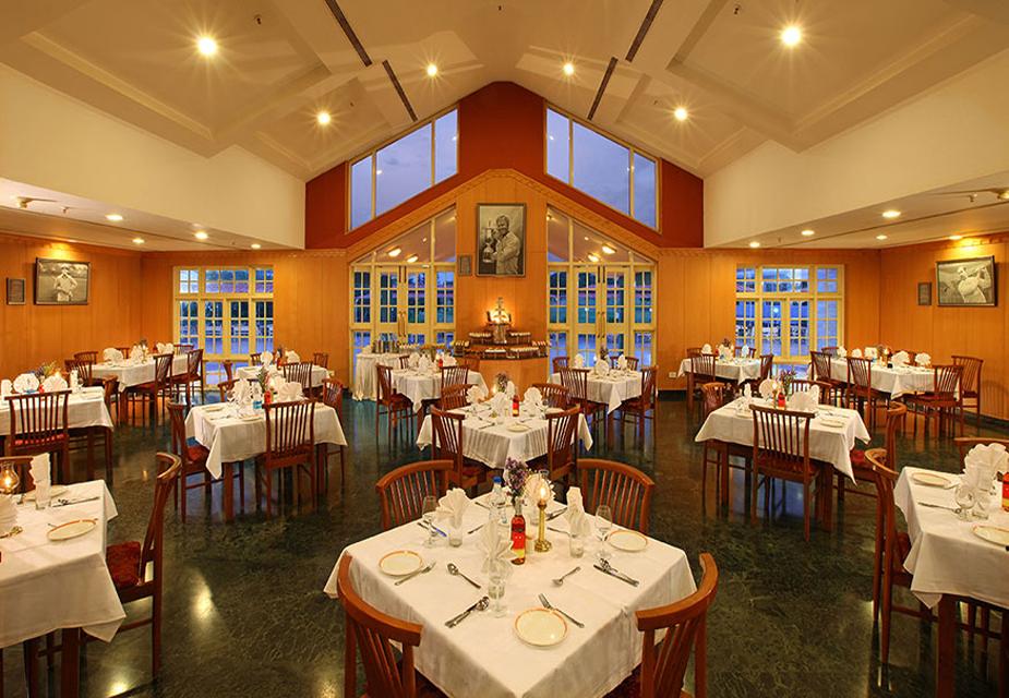 एगल्टन रिसॉर्ट के अंदर रेस्तरां की तस्वीर.(image credit: Eagleton India)
