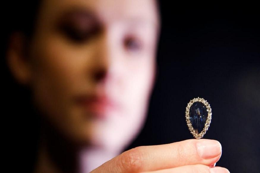 यह हीरा भारत की सबसे प्रसिद्ध गोलकुंडा खदान से निकाला गया था. यह 6.1 कैरट का है. आपको बता दें कि दो साल पहले जिनेवा में हीसबसे बड़ा नाशपाती के आकार का नीले रंग का हीरा (ब्लू डायमंड) 1.41 अरब रुपये में नीलाम हुआ था.