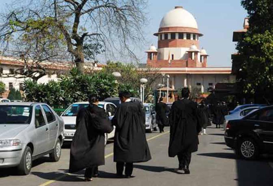भारतीय न्यायपालिका अंग्रेजों के बनाए गए सिस्टम से ही मिलती-जुलती है, इसलिए यहां भारत के कोर्ट में भी वकीलों के ब्लैक कोट पहनने का रिवाज अभी तक चलता आ रहा है.
