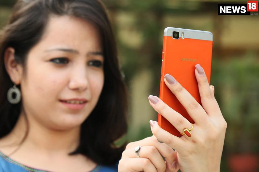 Smartron t.phone P स्मार्टफोन इस साल जनवरी में लॉन्च हुआ था, अब ये मोबाइल फोन Flipkart पर मिल रहा है. भारत में यह मोबाइल 25,999 रुपये की कीमत के साथ लॉन्च हुआ था, लेकिन Flipkart पर ये फोन 6,999 रुपये में लिस्ट है. फ्लिपकार्ट इस फोन पर एक शानदार ऑफर दे रही है, जिससे इस मोबाइल की कीमत घटकर सिर्फ 499 रुपये रह जाती है. अगली स्लाइड में पढ़ें कि क्या है फ्लिपकार्ट का ये ऑफर...