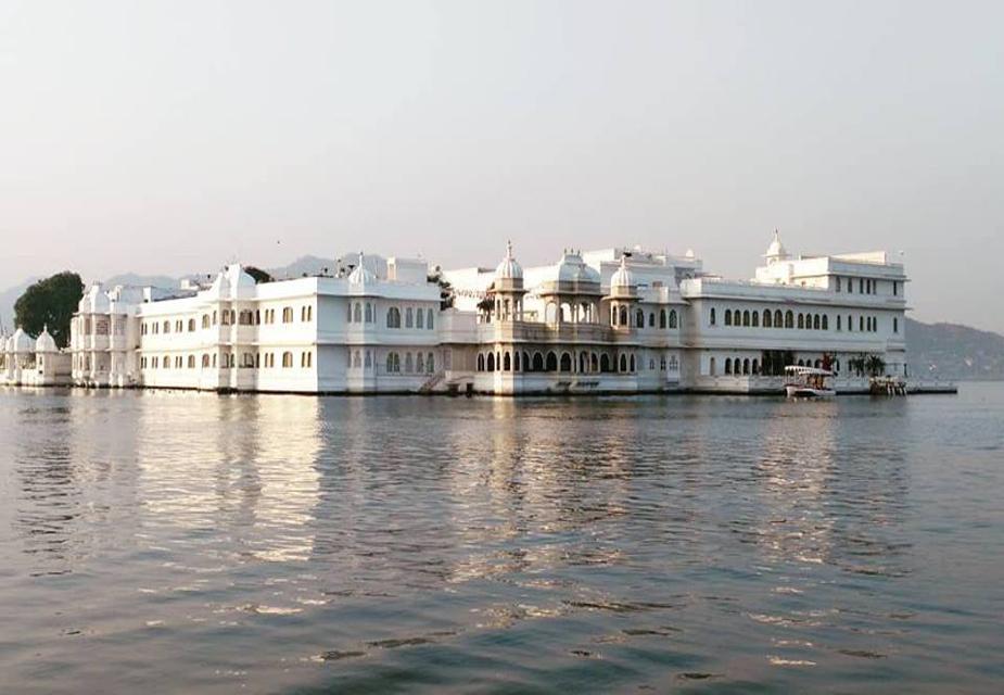 यदि आप उदयपुर आ रहे हैं तो झीलों के अलावा आप नेहरू द्वीप उद्यान, महाराणा प्रताप स्मारक (मोती मगरी), सहेलियों की बाड़ी, जगदीश मंदिर, दूध तलाई पार्क, शिल्प ग्राम, सज्जनगढ़ पैलेस, हल्दी घाटी, नाथ द्वारा, जयसमंद, एकलिंगजी, सास-बहु का मंदिर जैसे दर्शनीय स्थल भी देख सकते हैं.