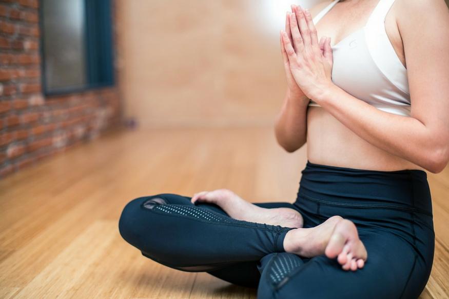 तितली आसन- महिलाओं में गर्भाशय संबंधी समस्या और मांसपेशियों में खिंचाव इस आसन से दूर हो जाते हैं. नियमित आसन करने से इस समस्या से निजात पाई जा सकती है. <strong>(प्रतीकात्मक इमेज).</strong>