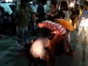 मैनपुरी में छेड़छाड़ का विरोध करने पर दो पक्षों में जमकर लाठी-डंडे चले. मारपीट के दौरान दो महिलाएं गंभीर रूप से घायल हो गई.
