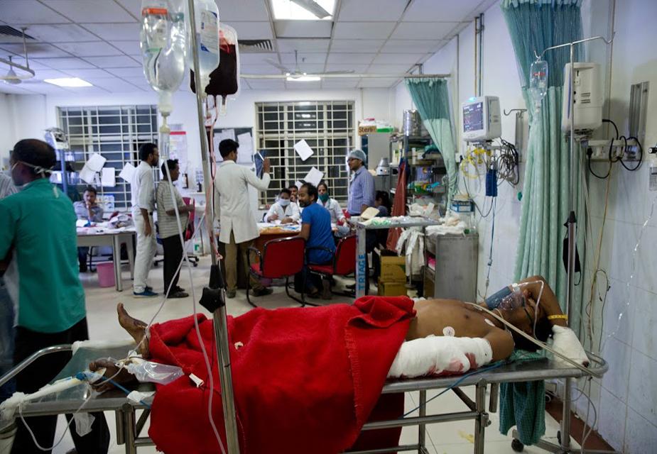 यूपी पुलिस, आर्मी, एनडीआरएफ के जवान घायलों को मलबे में से निकालने में जुटे हैं.(image credit: AP)