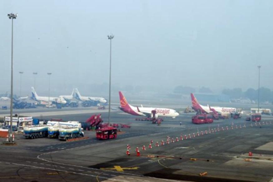 डोमेस्टिक सिविल एविएशन में तीसरे नंबर पर भारत:भारत इस समय डोमेस्टिक सिविल एविएशन मार्केट के मामले में दुनिया में तीसरे स्थान पर है. इंटरनेशनल सिविल एविएशन के मामले में भी भारत 2026 तक यूके को पीछे छोड़ते हुए तीसरे नंबर पर आ जाएगा. 2017 के अगस्त में 9.69 मिलियन लोगों ने हवाई जहाज से यात्रा की, जो पिछले साल की इस अवधि की तुलना में 16 फीसदी अधिक है.