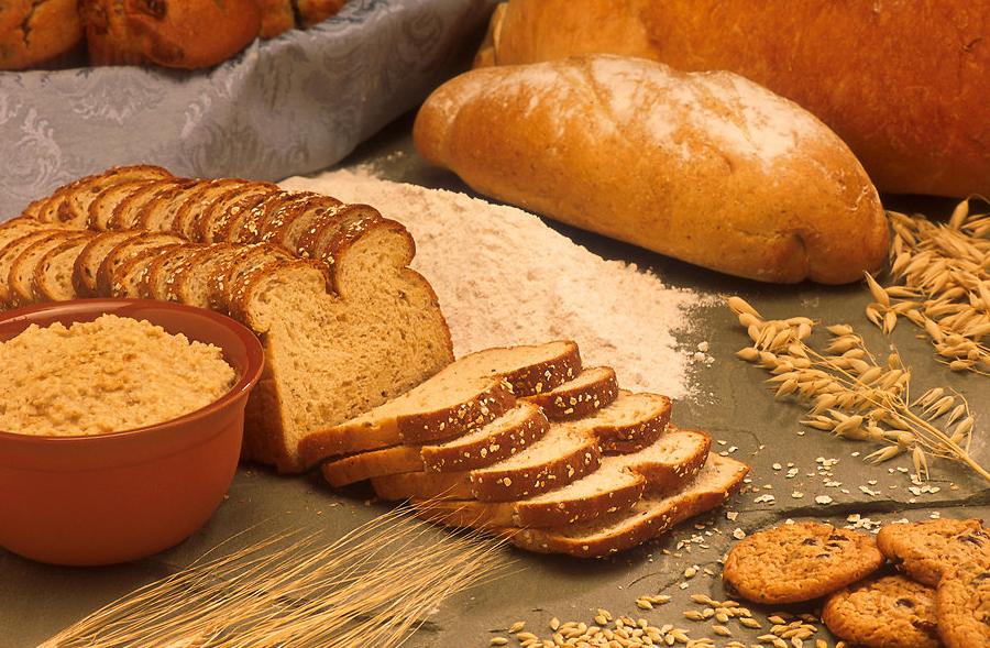 सफेद ब्रेड और चावल दो ऐसी चीजें हैं जिनमें कार्बस की मात्रा काफी अच्छी पाई जाती है. ये आपके इंसुलिन लेवल और ब्लड शुगर लेवल को बढ़ावा देने में मददगार साबित है.