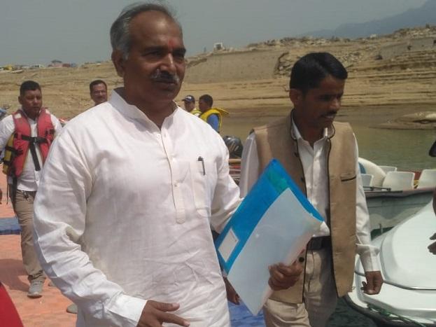 टिहरी झील में हो रही बैठक में शामिल होने के लिए पहुंचते स्कूली शिक्षा मंत्री अरविंद पांडे.