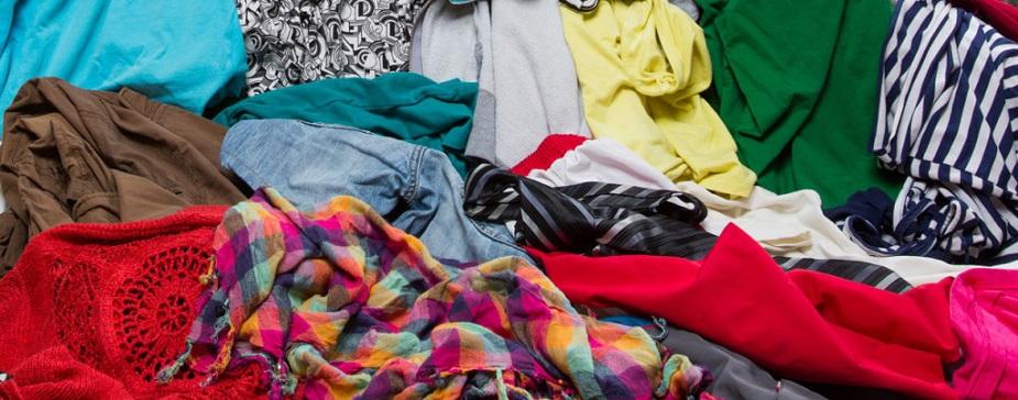 मुंबई: मुंबई में कोलाबा मार्केट और क्रॉफोर्ड मार्केट में सेकंड हैंड कपड़े पटरी पर बिकते हैं. यहां कलरफुल कुर्ते, काफ्तान, जींस, शर्ट आदि सेंकड हैंड कपड़े मिलते हैं. क्रॉफोर्ड मार्केट में भी सेकंड हैंड कपड़े पटरी पर बिकते हैं. इनकी कीमत 50 रुपए से 300 रुपए तक होती है.