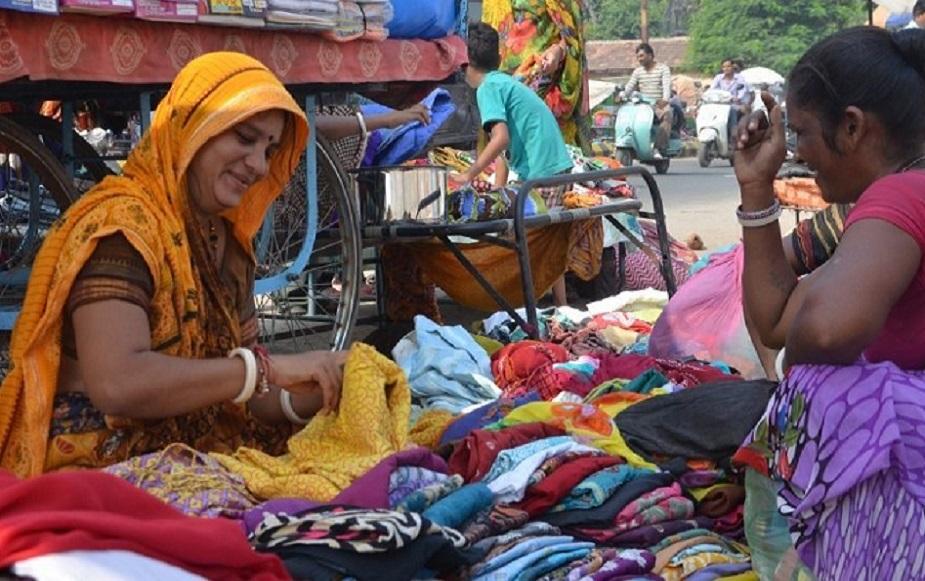 दिल्ली: दिल्ली में क्नॉट प्लेस, मजनू का टिला, रघुबीर नगर, करोल बाग, इंद्रपुरी, इंद्रलोक, भरत नगर, लाल किला, चांदनी चौक, पश्चिम पुरी, ईस्ट दिल्ली जैसे कई बाजारों में सेकंड हैंड कपड़े मिलते हैं. ईस्ट दिल्ली में कई जगह कपड़े और जींस किलो के भाव से भी मिलती है.