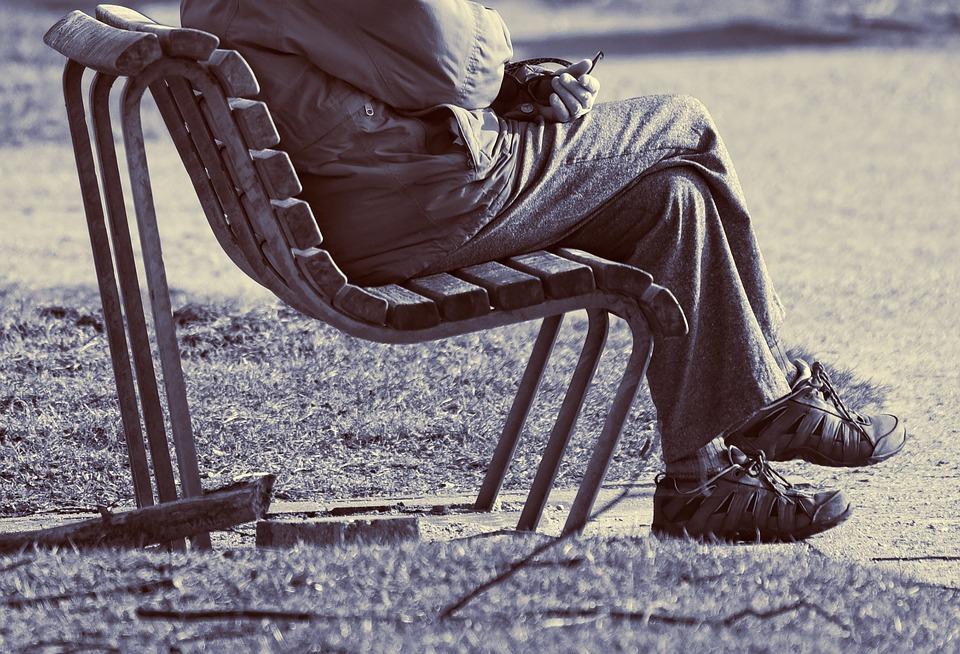 ऑर्थोपेडिक फिजिकल थेरेपिस्ट विवियन एइसेन्सटेड्ट के अनुसार, क्रॉस लेग बैठने से आपके पीठ और गर्दन में दर्द की समस्या हो सकती है.