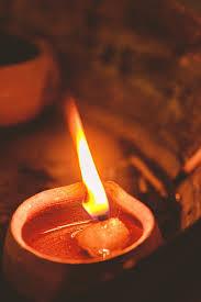 दीपक की ज्योत का धुंआ घर के लिए एयर प्यूरीफायर का काम करता है, बशर्ते आपने दीपक घी या सरसों के तेल का जलाया हो.