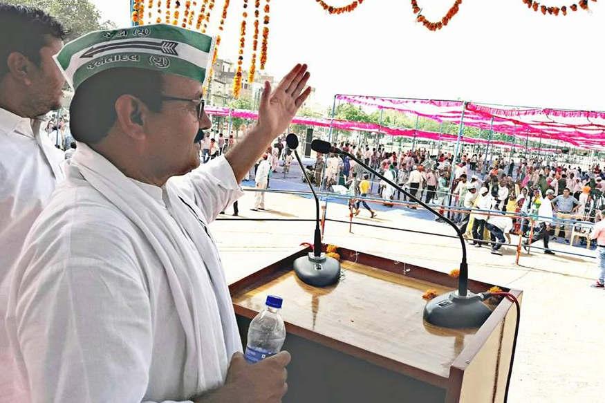 नीतीश कुमार की मंच पर मौजूदगी के दौरान जदयू के कई पदाधिकारियों ने कार्यकर्ताओं को संबोधित किया.