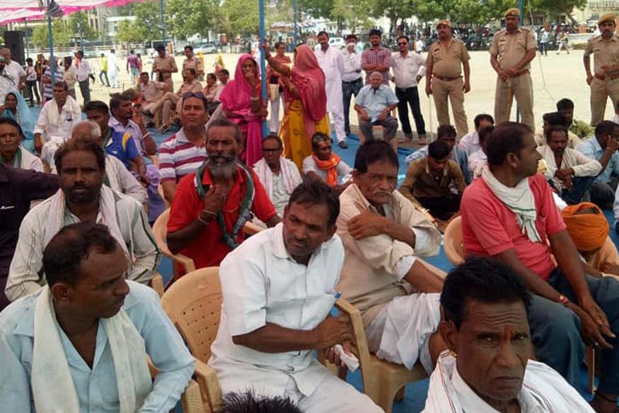 नीतीश कुमार को सुनने दूर-दराज ग्रामीण इलाकों से लोग पहुंचे.