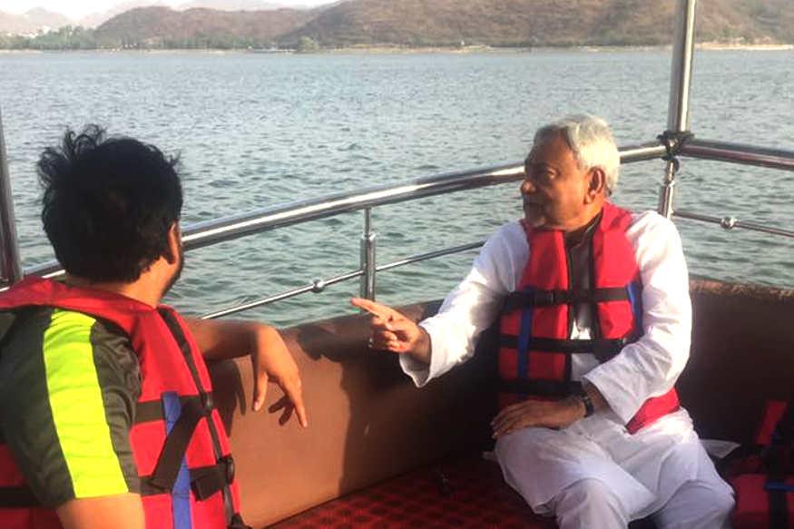 जनता दल यूनाइटेड के राष्ट्रीय अध्यक्ष और बिहार के मुख्यमंत्री नीतीश कुमार बुधवार को राजस्थान में पार्टी के कार्यकर्ता सम्मेलन में शिरकत करने पहुंचे. बांसावाड़ा में आयोजित इस कार्यक्रम में शिरकत से पहले नीतीश कुमार झीलों की नगरी उदयपुर में नौका विहार करते नजर आए. उनके साथ पार्टी के कई नेता भी रहे. अगली स्लाइड्स में देखें- नीतीश कुमार के राजस्थान दौरे की और अधिक तस्वीरें...