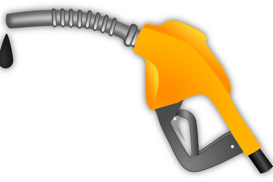 पेट्रोल और डीजल की आसमान छू रही कीमतों से हाहाकार मचा हुआ है. इससे सबसे अधिक परेशानी आम लोगों को हो रही है. आवाजाही महंगी होने से जरूरत की अधिकांश चीजें दायरे से बाहर होती जा रही हैं. यही कारण है कि पेट्रोलियम प्रोडक्ट्स को जीएसटी के दायरे में लाने की मांग जोर पकड़ने लगी है. जीएसटी के दायरे में आने से दोनों की कीमतों में बड़ी गिरावट आने की उम्मीद है, क्योंकि केंद्र और राज्य सरकारों द्वारा वसूले जाने वाले अलग-अलग टैक्स की जगह जीएसटी की एक रेट इन पर लागू होगी.