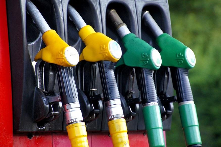 माना जा रहा है कि आने वाले एक जुलाई को जीएसटी के एक साल पूरे होने से पहले सरकार इस संबंध में ठोस फैसला ले सकती है. ऐसे में सभी लोगों के जेहन यह सवाल घुमड़ रहा है कि अगर पेट्रोलियम प्रोडक्ट्स को जीएसटी के दायरे में लाया जाता है तो पेट्रोल और डीजल की कीमतों में वास्तविक अर्थों में कितनी कमी आएगी.