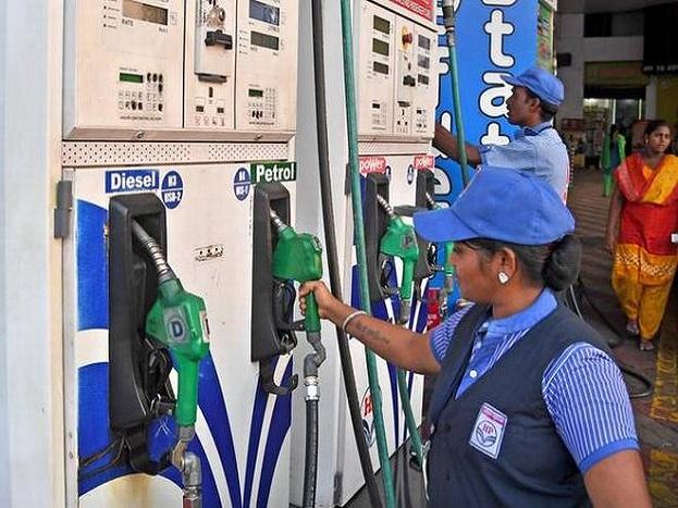 कर्नाटक चुनावों के खत्म होने के बाद 14 मई से लगातार पेट्रोल और डीजल की कीमतें बढ़ रही हैं. पिछले पांच दिनों में पेट्रोल करीब 98 पैसे महंगा हो चुका है. वहीं, डीजल 1.13 रुपए महंगा हो चुका है. पेट्रोल की बात करें तो यह अपने उच्चतम स्तर से करीब 45 पैसे ही कम रह गया है. वहीं अंतरराष्ट्रीय बाजार की बात करें तो कच्चे तेल की कीमतें 80 डॉलर प्रति बैरल को भी पार कर चुकी हैं. ऐसे में फिलहाल इस तेजी में कमी आने की कोई संभावना नहीं दिख रही है.