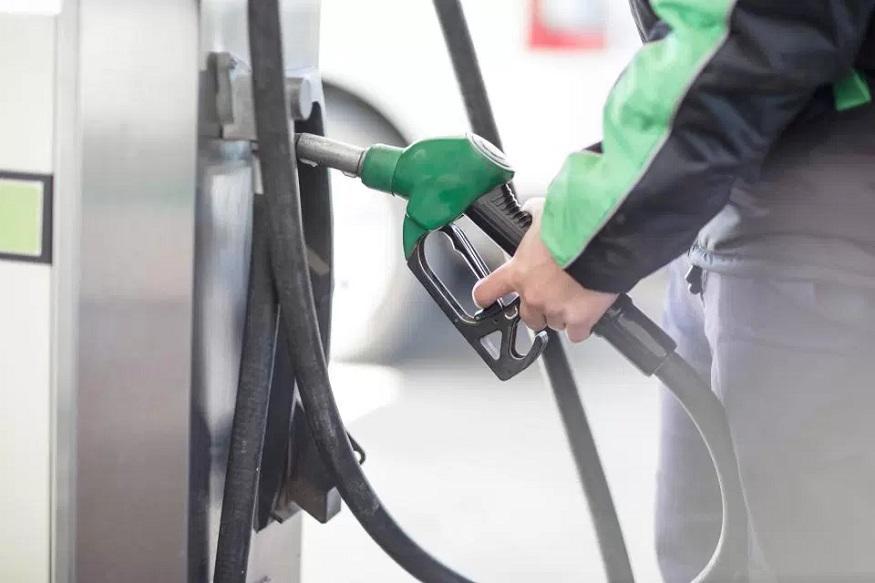 आपको यह जानकार हैरानी होगी कि पेट्रोल पर आप लगभग 55.5% और डीजल पर लगभग 47.3% टैक्स चुकाते हैं. पेट्रोल और डीजल पर वसूले जाने वाले प्रमुख टैक्स में केंद्र सरकार की सेंट्रल एक्साइज ड्यूटी और राज्य सरकारों का वैट शामिल है.