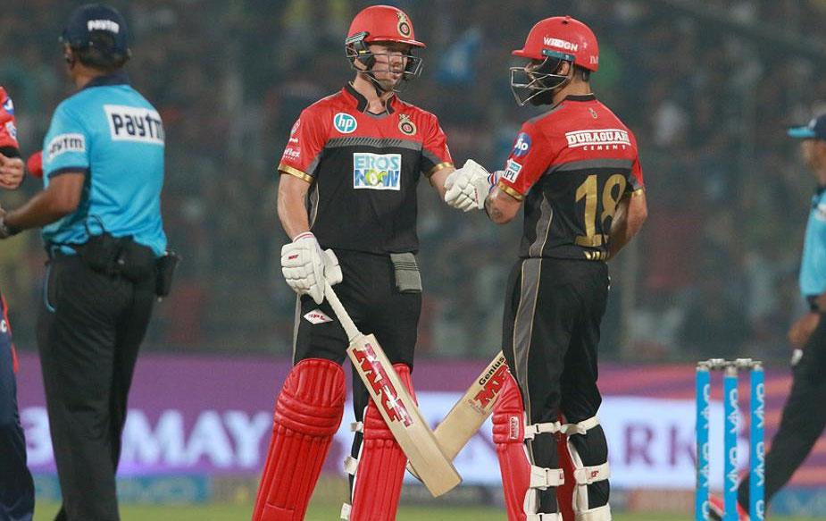 लेकिन इसके बाद कोहली और डिविलियर्स की जोड़ी ने दिल्ली के गेंदबाज़ों को और हावी नहीं होने दिया. दोनों ने तीसरे विकेट लिए 118 रनों की साझेदारी कर टीम को जीत की राह पर बनाए रखा. कोहली ने अपनी अर्धशतकीय पारी में 40 गेंदों का सामना करते हुए सात चौके तथा तीन छक्के लगाए.(BCCI)