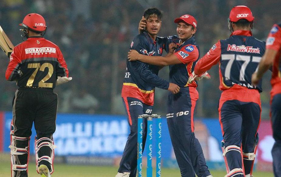 दिल्ली ने बंगलोर को अच्छी शुरुआत से तो महरूम रखा और 18 रनों पर ही उसके दोनों सलाम बल्लेबाज़ों पार्थिव पटेल (6) और मोइन अली (1) को पवेलियन भेज दिया. अली को छह के कुल स्कोर पर ट्रेंट बोल्ट ने अपना शिकार बनाया तो पटेल को अपना पहला आईपीएल मैच खेल रहे संदीम लामिछाने ने आउट किया.(BCCI)