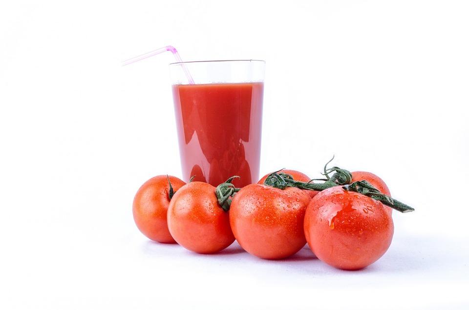 टमाटर का जूस- शरीर में खून की कमी को तेजी से पूरा करने के लिए रोज टमाटर का जूस पीएं. आफ चाहे तो टमाटर का सूप भी पी सकते हैं. इसके अलावा सेब और टमाटर का जूस मिक्स करके पीने से भी शरीर में खून की कमी पूरी हो जाती है.