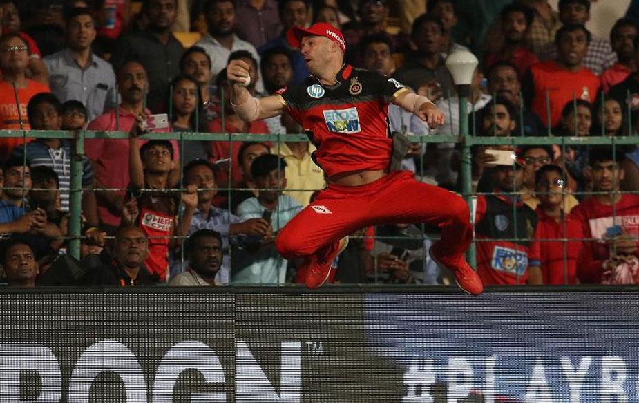 बैंगलोर ने भले ही बेहतरीन जीत अपने नाम की हो लेकिन मैच का हाईलाइट रहा एबी डिविलियर्स का ग़ज़ब का कैच. डिविलियर्स ने हेल्स का शानदार कैच लपका. हैदराबाद की पारी के आठवें ओवर की आखिरी गेंद थी, जो कि मोईन अली ने किया था. हेल्स 37 रन की पारी खेलकर आउट हुए.(BCCI)