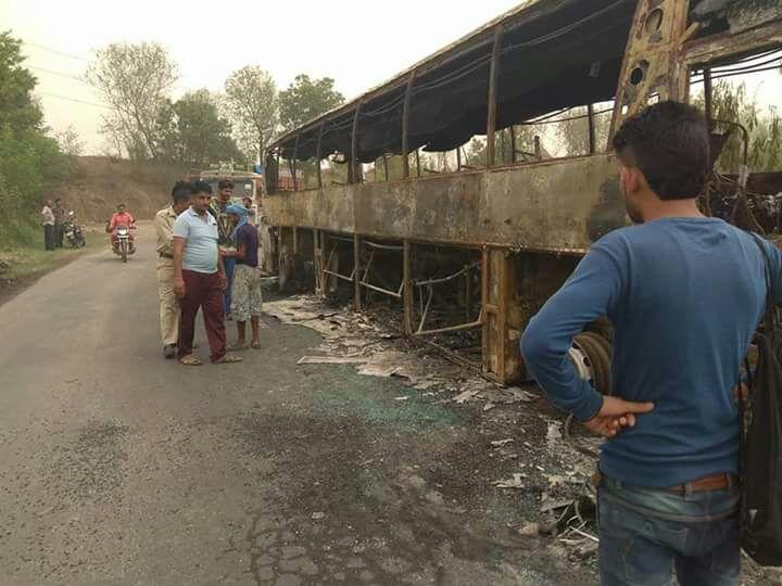 जांघो के रिया मोड़ के पास अचानक एक टूरिस्ट बस में आग लग गई. आग लगने का कारण बस के टायर गर्म होने की वजह से बताया जा रहा है. जैसे ही जब टायरों में आग लगी तो बस में सवार 53 सवारियां फटाफट नीचे उतर गई.