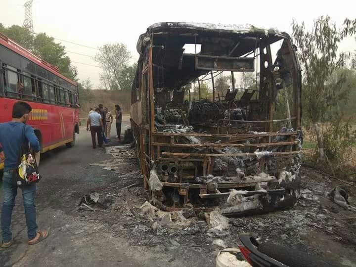 घटना की सूचना मिलते ही दमकल विभाग नालागढ़ की गाड़ी ने मौके पर पहुंचकर करीबन 2 घंटे की कड़ी मशक्कत के बाद आग पर तो काबू पा लिया, लेकिन तब पूरी बस जलकर खाक हो गई.