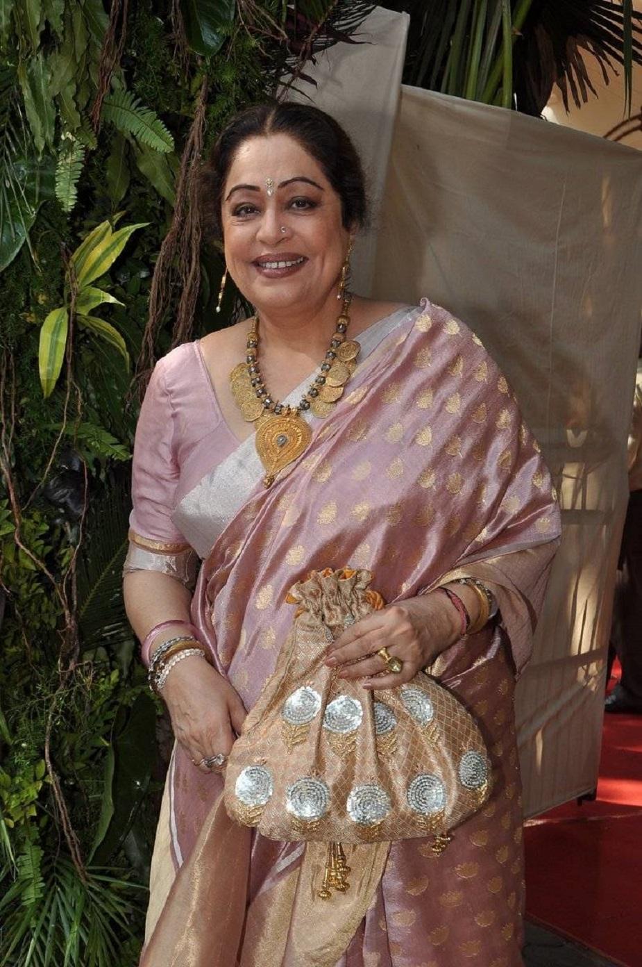 किरण खेर के करियर की शुरुआत हुई थी पंजाबी फीचर फिल्म आसरा प्यार दा से. ये फिल्म 1983 में आई थी. इसके बाद वह 1996 में श्याम बेनेगल की फिल्म सरदारी बेगम में नजर आईं.