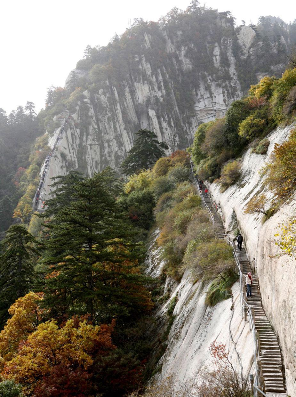 माउंट हुआशन पर बना ये है दुनिया का सबसे ख़तरनाक हाइकिंग ट्रेल. 2090 मीटर ऊंची चट्टान को काटकर इसका रास्ता बनाया गया है और धातु की सलाखें अस्थाई सीढ़ियों के तौर पर काम करता है.(image credit: Getty)