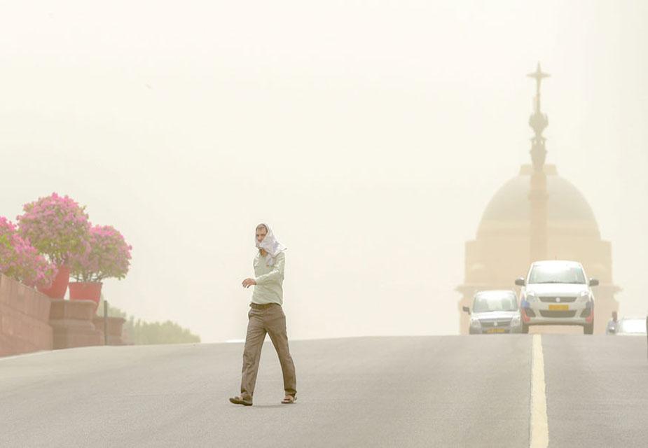धुंध की वजह से दिल्ली में लगातार तीसरे दिन प्रदूषण गंभीर स्तर तक पहुंच गया. अगले चार दिन तक इससे राहत मिलने की उम्मीद नहीं है. सीपीसीबी के मुताबिक दिल्ली का एयर इंडेक्स 445 रहा.(image credit:PTI)