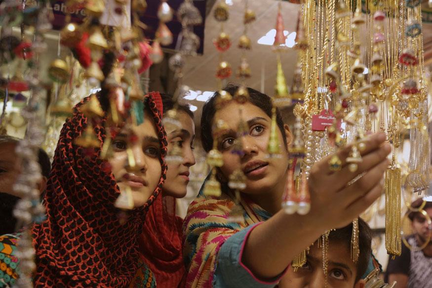रमज़ान का पवित्र महीना ख़त्म होने को है और लोग ईद का बेसब्री से इंतज़ार कर रहे हैं. ऐसे में ईद की शॉपिंग से दुनियाभर के बाज़ार गुलज़ार हैं. लोगों में उत्साह साफ देखा जा सकते है. पहली तस्वीर पाकिस्तान के लाहौर शहर की है जहां महिलाएं ईद से पहले बाज़ार में घूम-घूमकर शॉपिंग कर रही हैं. (image credit: AP)