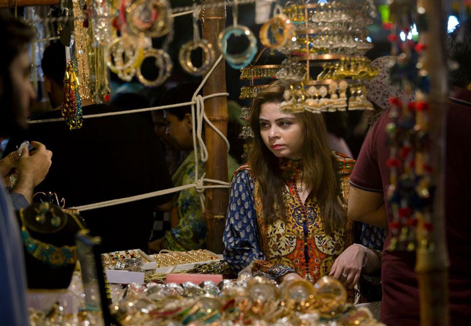 पाकिस्तान के इस्लामाबाद शहर में एक महिला ईद की शॉपिंग के दौरान गहने खरीदती देखी जा सकती हैं.(image credit: AP)